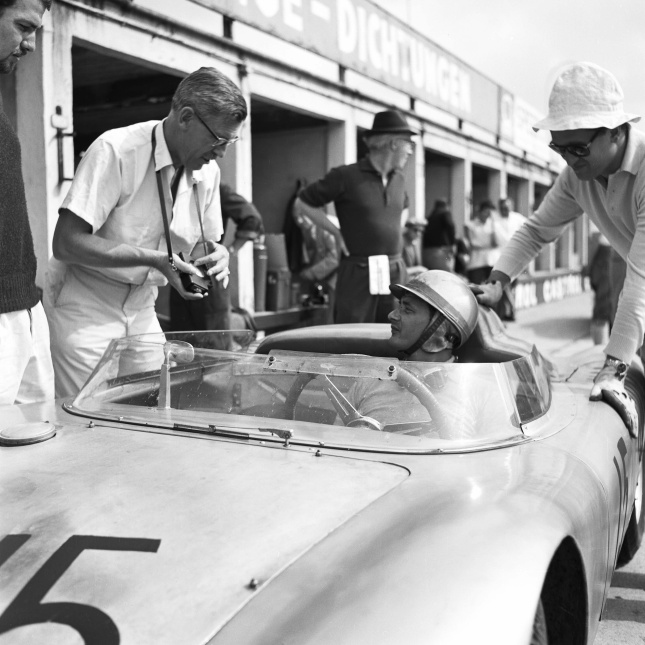1.000 km Nürburgring, Porsche 718 RSK: Porsche employee Huschke von Hanstein in conversation with Hans Herrmann, 1959.