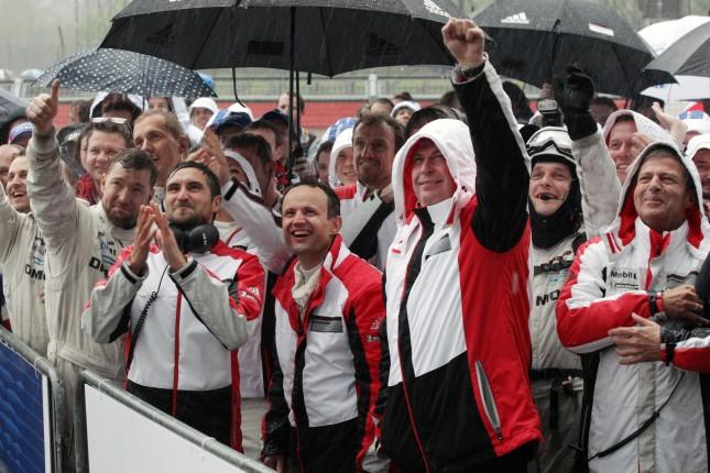 Porsche Team: Alexander Hitzinger, Wolfgang Hatz (Vorstand Forschung und Entwicklung Porsche AG), Fritz Enzinger, Leiter LMP1 (r)