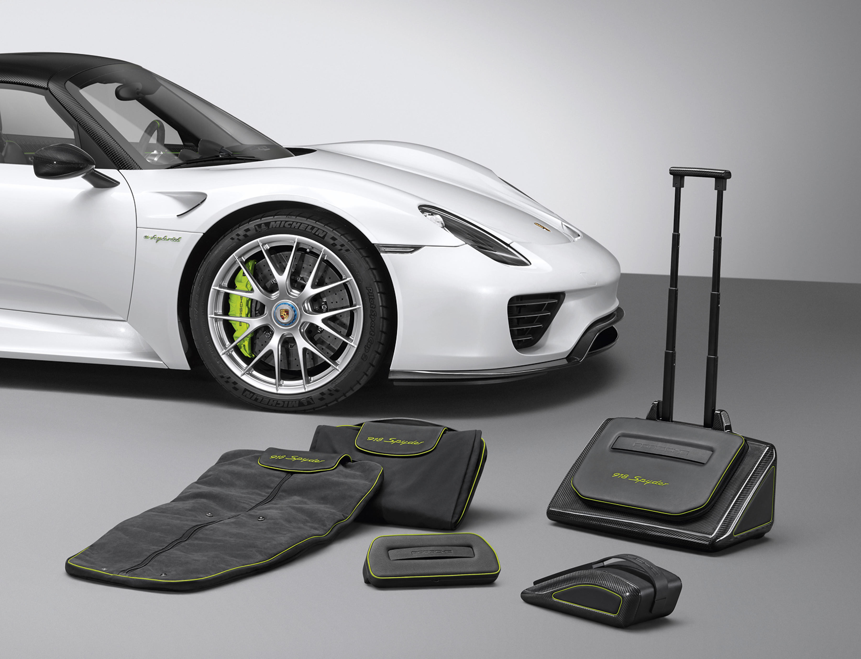 video travel in style in the porsche 918 spyder luggage set porsche everyday dedeporsches blog. Black Bedroom Furniture Sets. Home Design Ideas