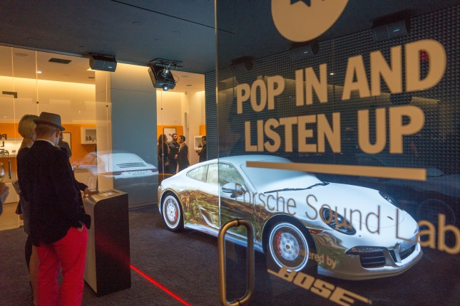 Unusual presentation in the sound lab: Visitors can take a virtual ride and become acquainted with the (real!) icon 911 in the city, in the mountains or on the racetrack.
