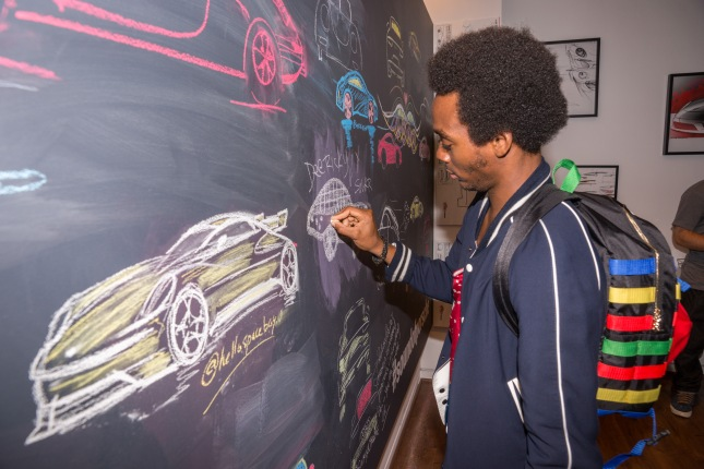 Communications space: in the design corner friends of the brand can sketch what they associate with the Sound of Porsche. The works of art can be uploaded to social networks via #soundofporsche.
